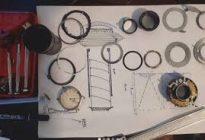خلاقیت عکاس ایرانی در ساخت ساعت هوشمند با قطعات دوربینی شکسته